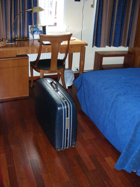 RIP old suitcase - left in my Oslo hotel as garbage :(